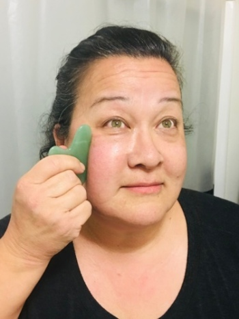 Blogger demonstrates gua sha